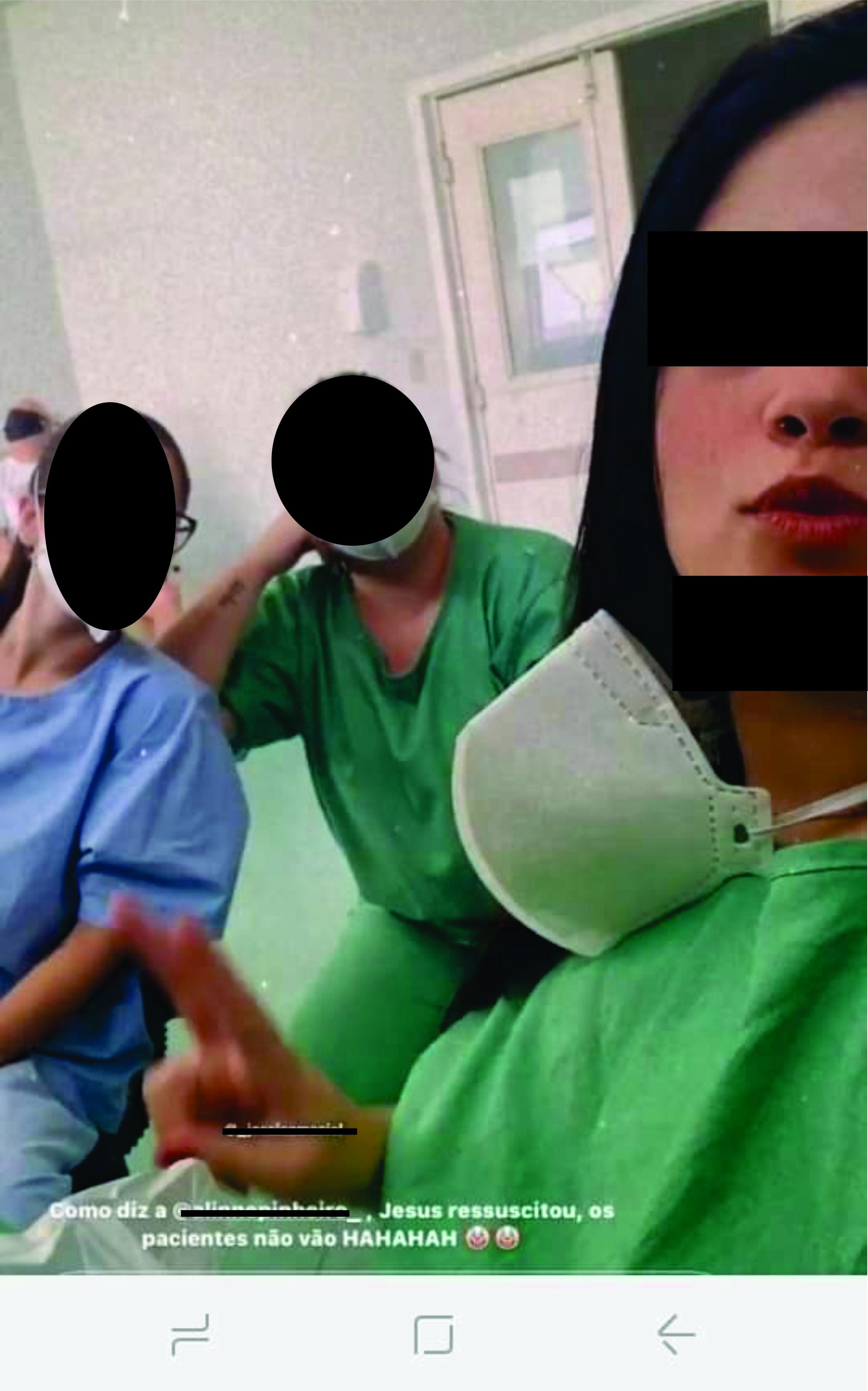 A Enfermeira de verde a direita é a que debocha e reclama junto com outra colega dos pacientes de COVID-19 que estão na UTI