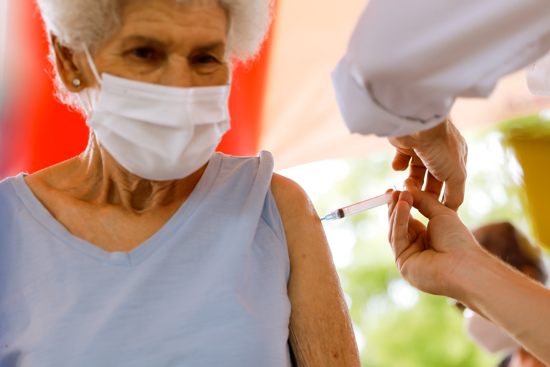 Pesquisa da UFPel e Harvard aponta que vacinação evitou morte de 43 mil idosos por Covid no Brasil