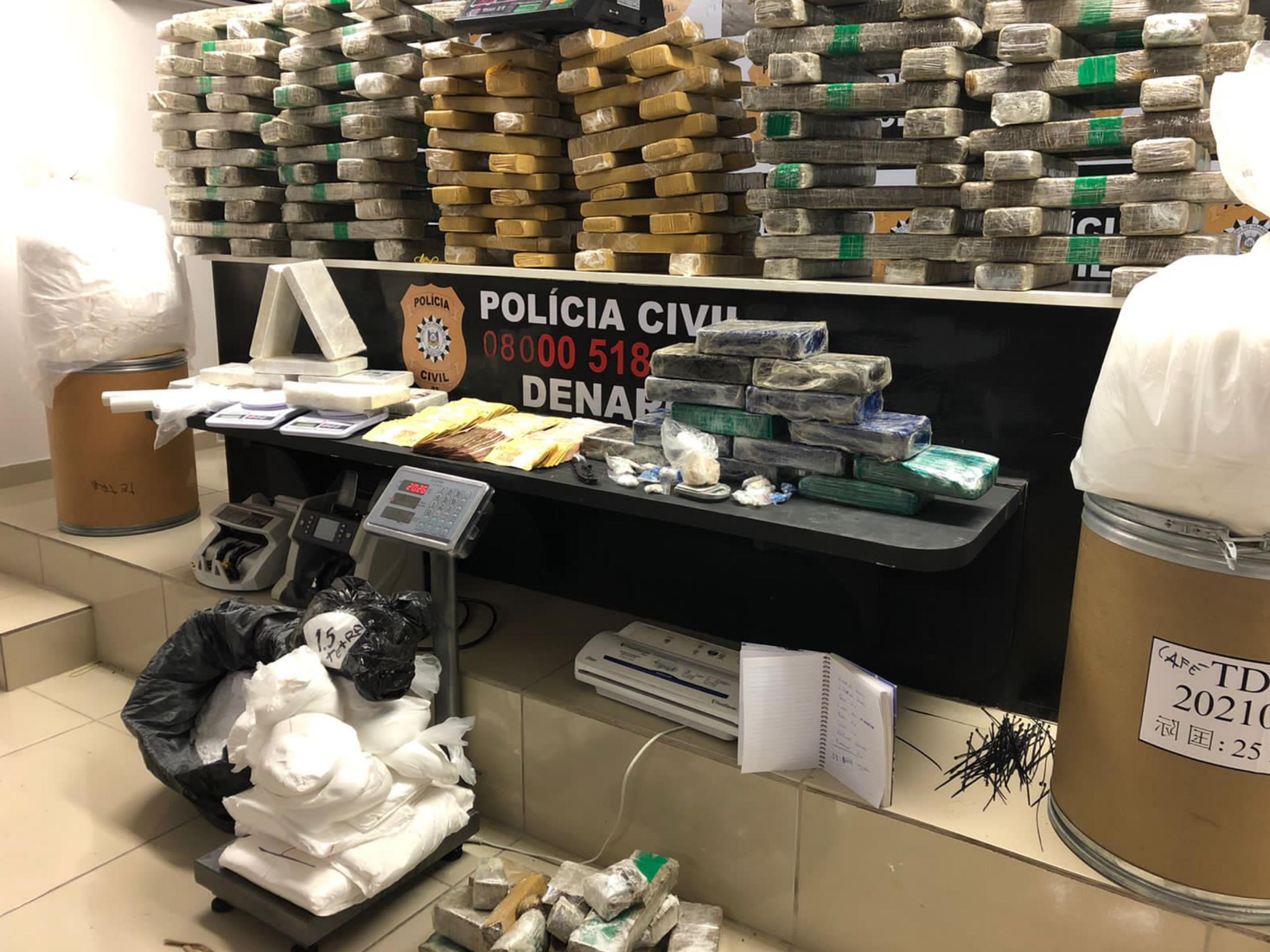 No local foram apreendidos 192kg de maconha, 76kg de cocaína, 13,5kg de crack, 500 gramas de skunk, 6kg de insumos, quase R$ 10.000,00 (dez mil reais), balanças de precisão, duas ceduleiras e um veícu