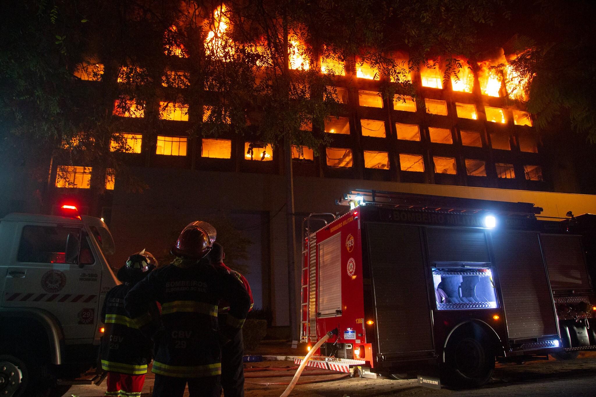Incêndio que destruiu totalmente a SSP/RS e junto arquivos e documentos importantes. Aos olhos de quem estava lá foi um incêndio rápido e devastador . Tem que ser muito bem investigado.